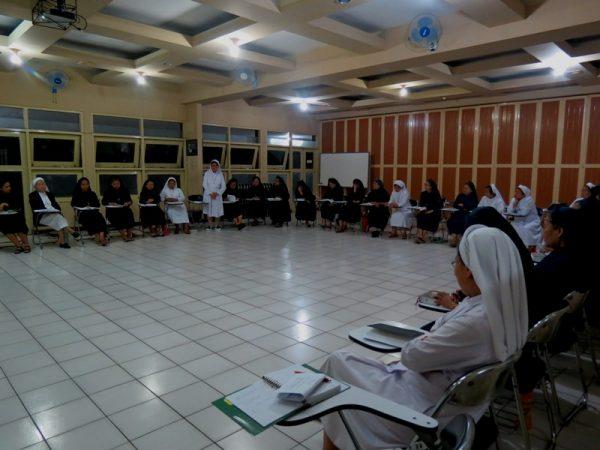 Semua terlibat aktif dan semangat mengikuti program acara gerakan anti korupsi di lingkungan Gereja Katolik.