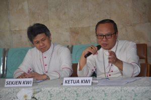Ketua KWI Mgr. Ignasius Suharyo (kanan) dan Sekjen KWI Mgr. Antonius Bunjamin Subianto, OSC dalam acara konferensi pers menyamaikan relfkesi hasil Sidang Tahunan 2016 KWI . (Yohanes Indra/Dokpen KWI)
